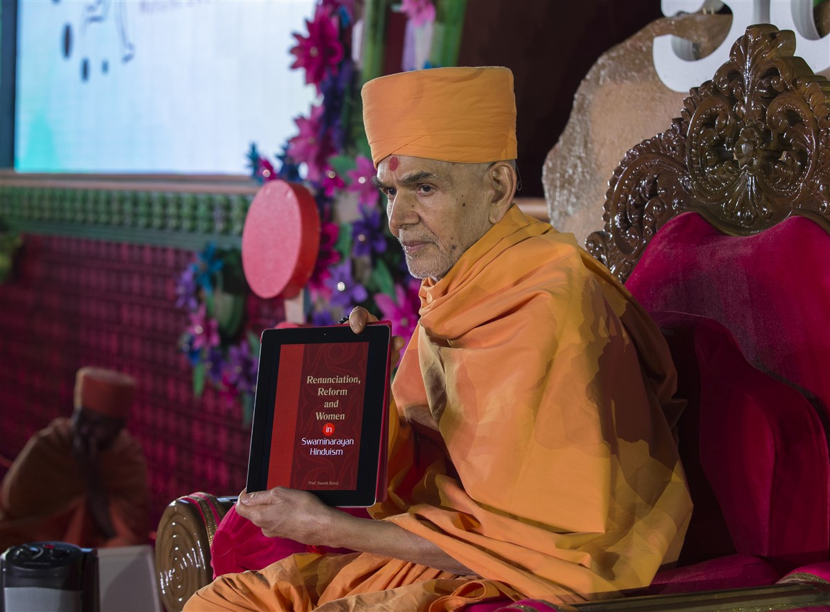 Swamishri inaugurates a new ePublication called 'Renunciation, Reform and Women in Swaminarayan Hinduism'