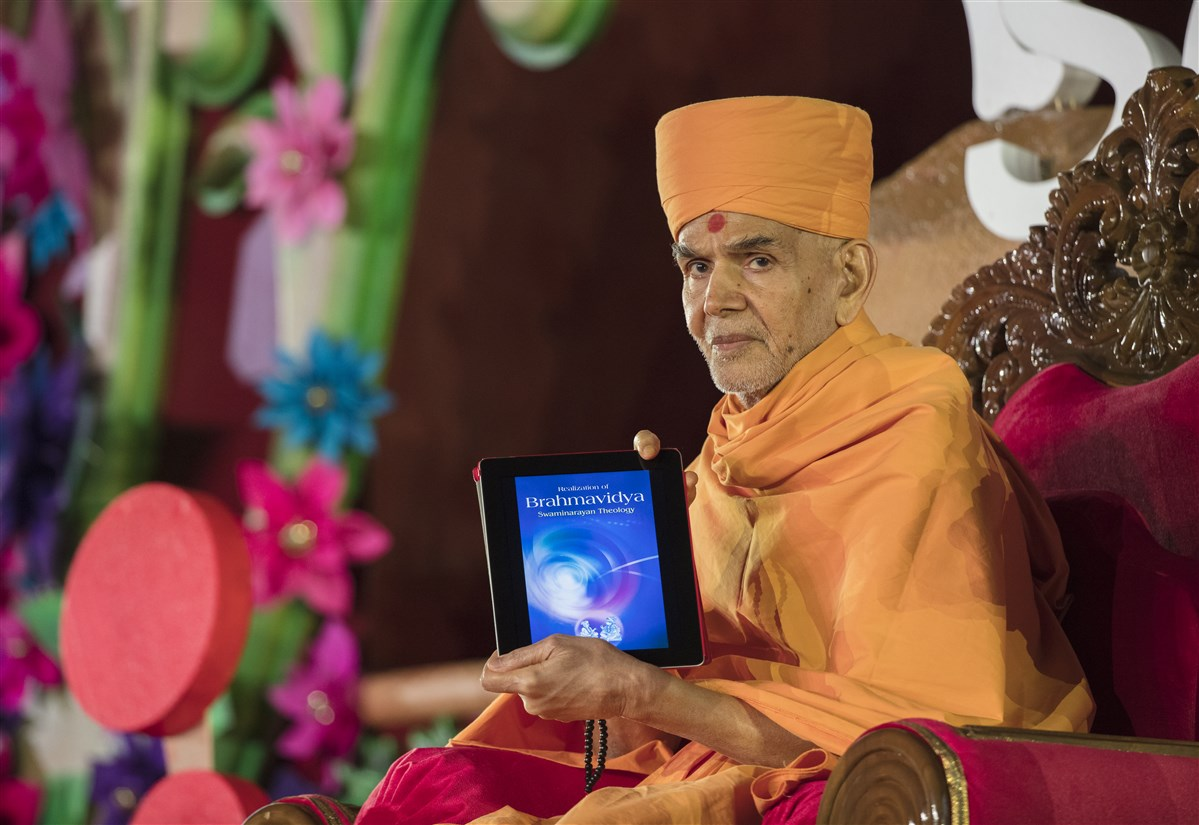 Swamishri inaugurates a new ePublication called 'Realization of Brahmavidya Swaminarayan Theology'