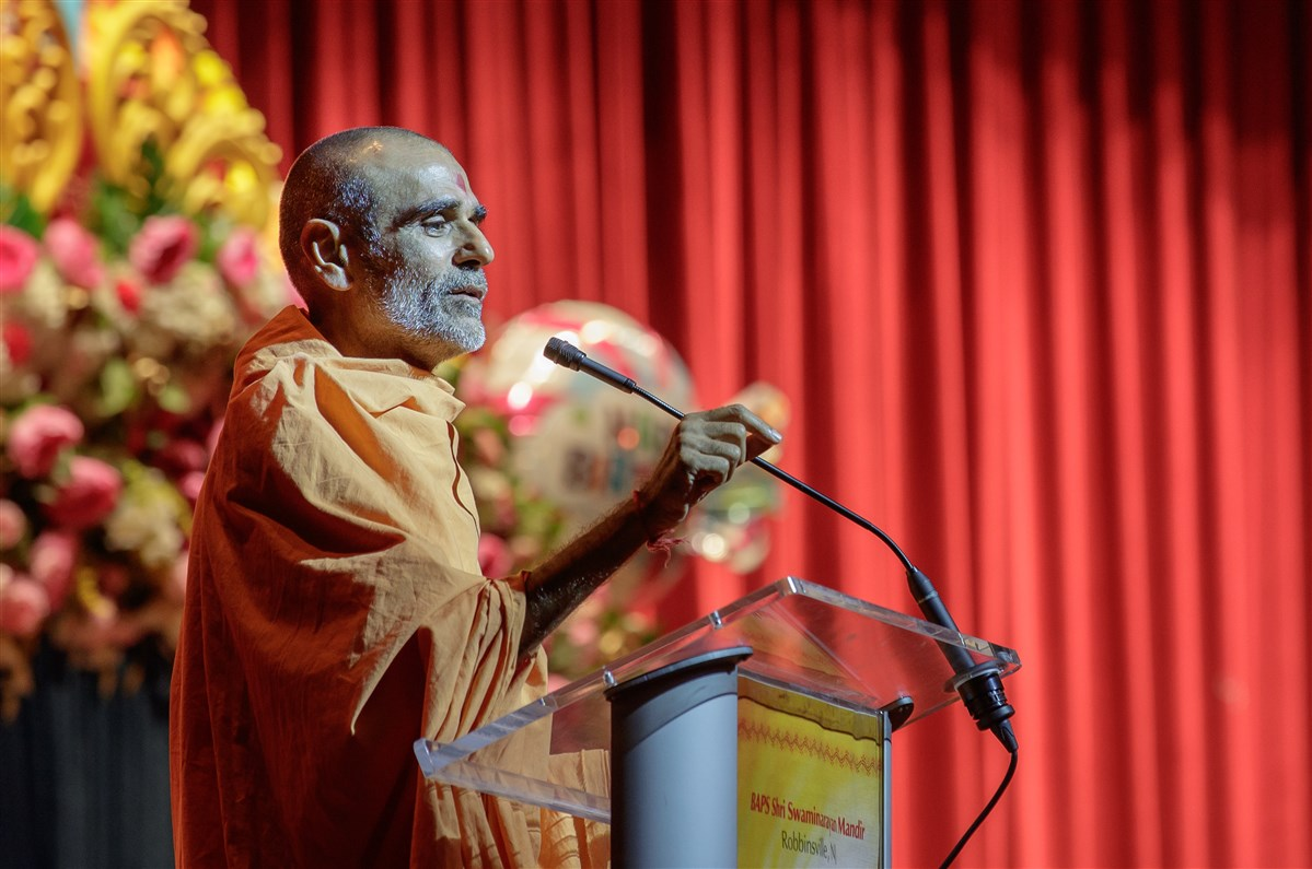 Pujya Anandswarupdas Swami addresses the assembly