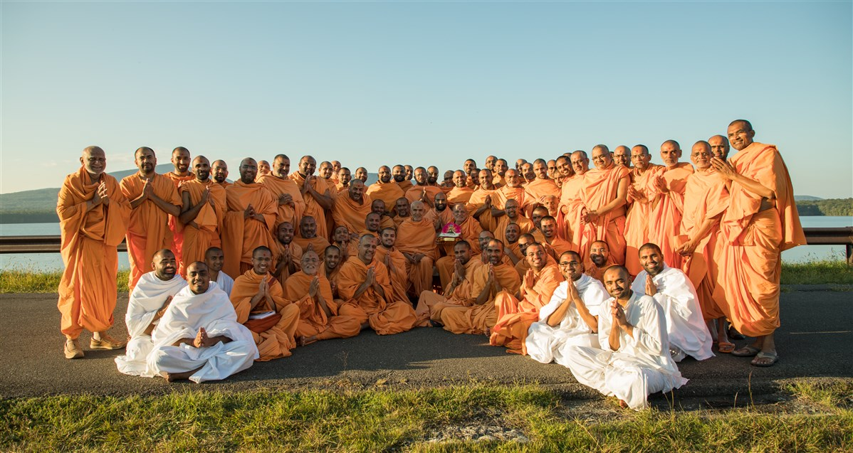 Group photo with Pujya Swamis during Sant Shibir, 18 September 2017