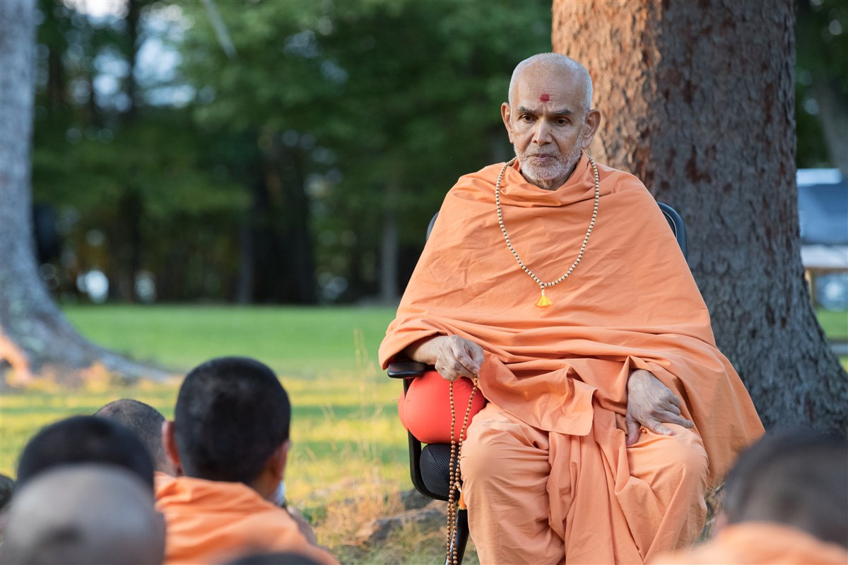 Swamishri engaged in group discussion with Pujya Swamis, 18 September 2017