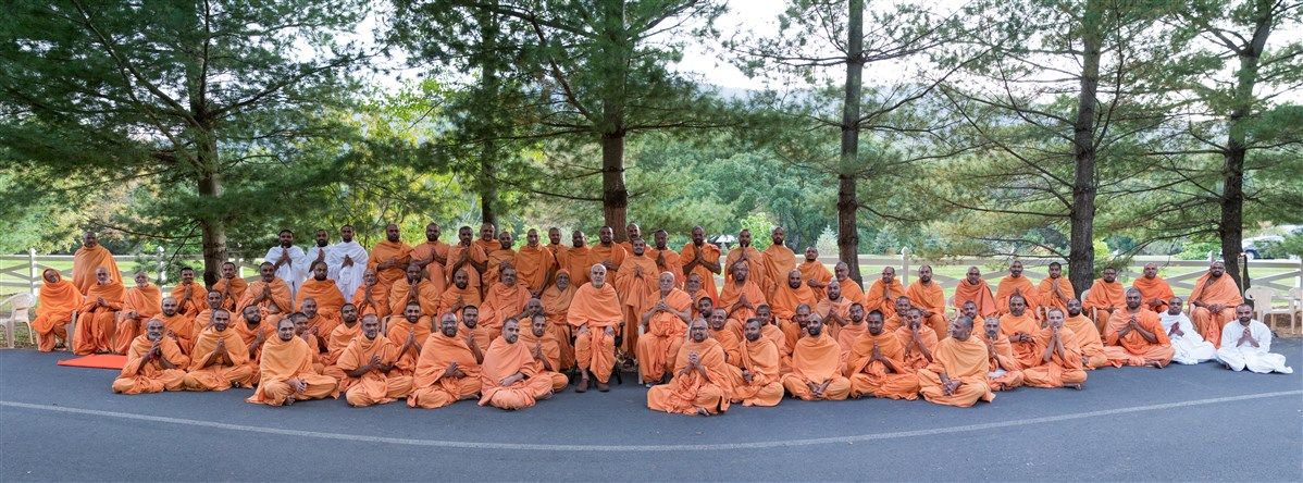 Swamishri takes a group photo with Pujya Swamis, 19 September 2017