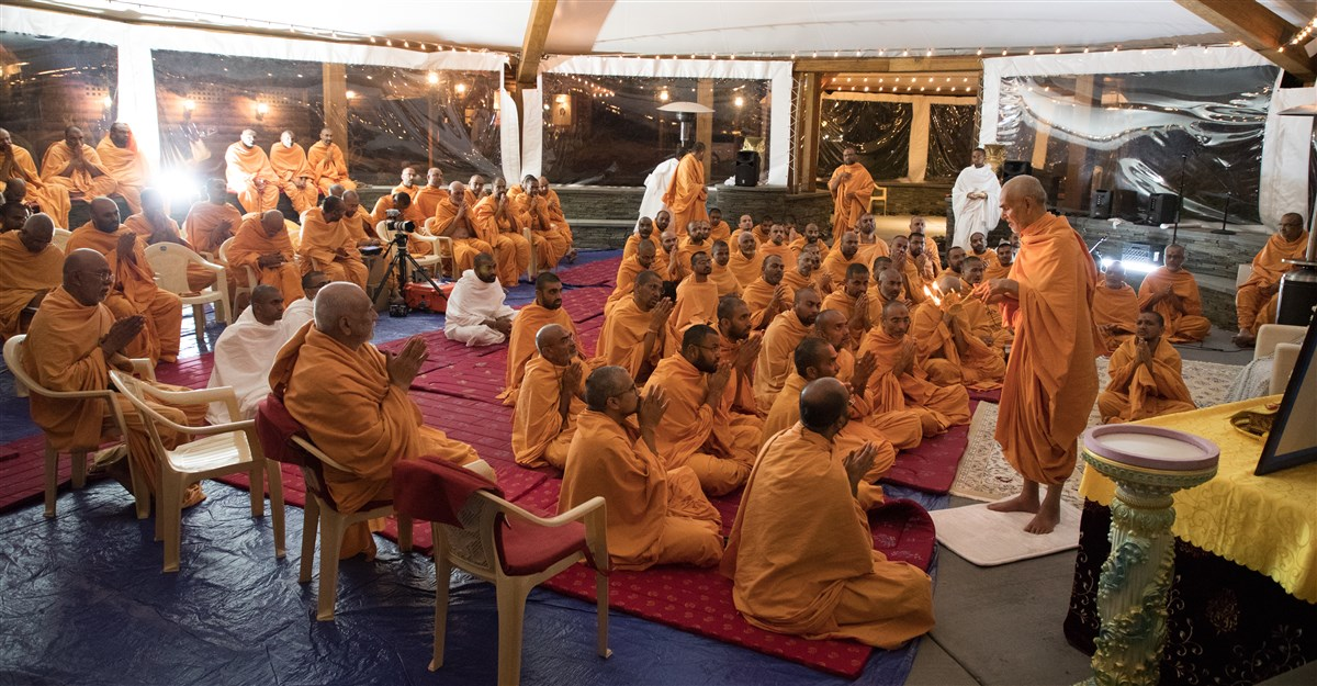 Pujya Swamis engaged in the evening arti, 19 September 2017