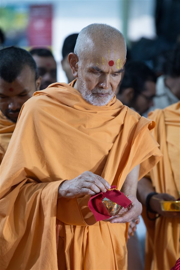 Swamishri engaged in the bhumi-pujan rituals