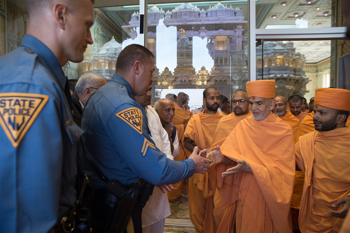 Swamishri blesses New Jersey State Troopers