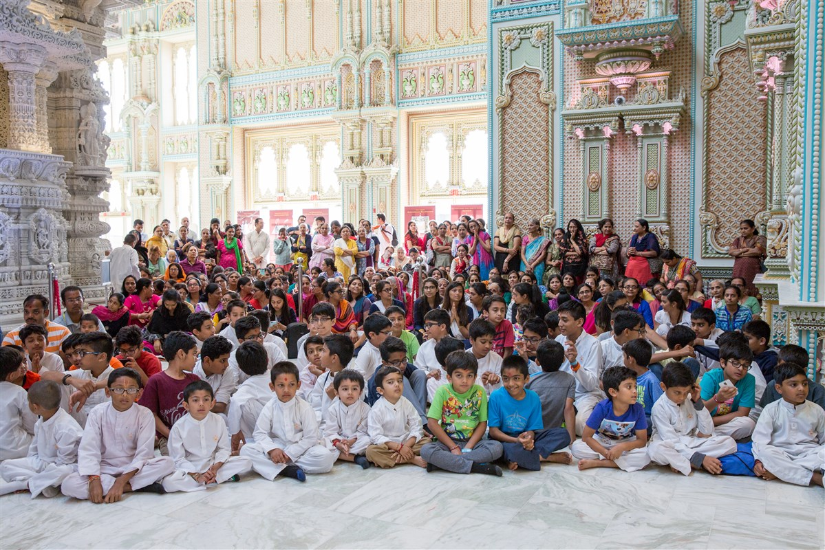 Children and devotees engaged in darshan of Swamishri