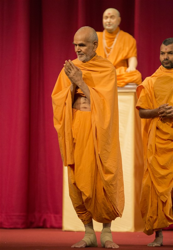 Swamishri greets the devotees with folded hands