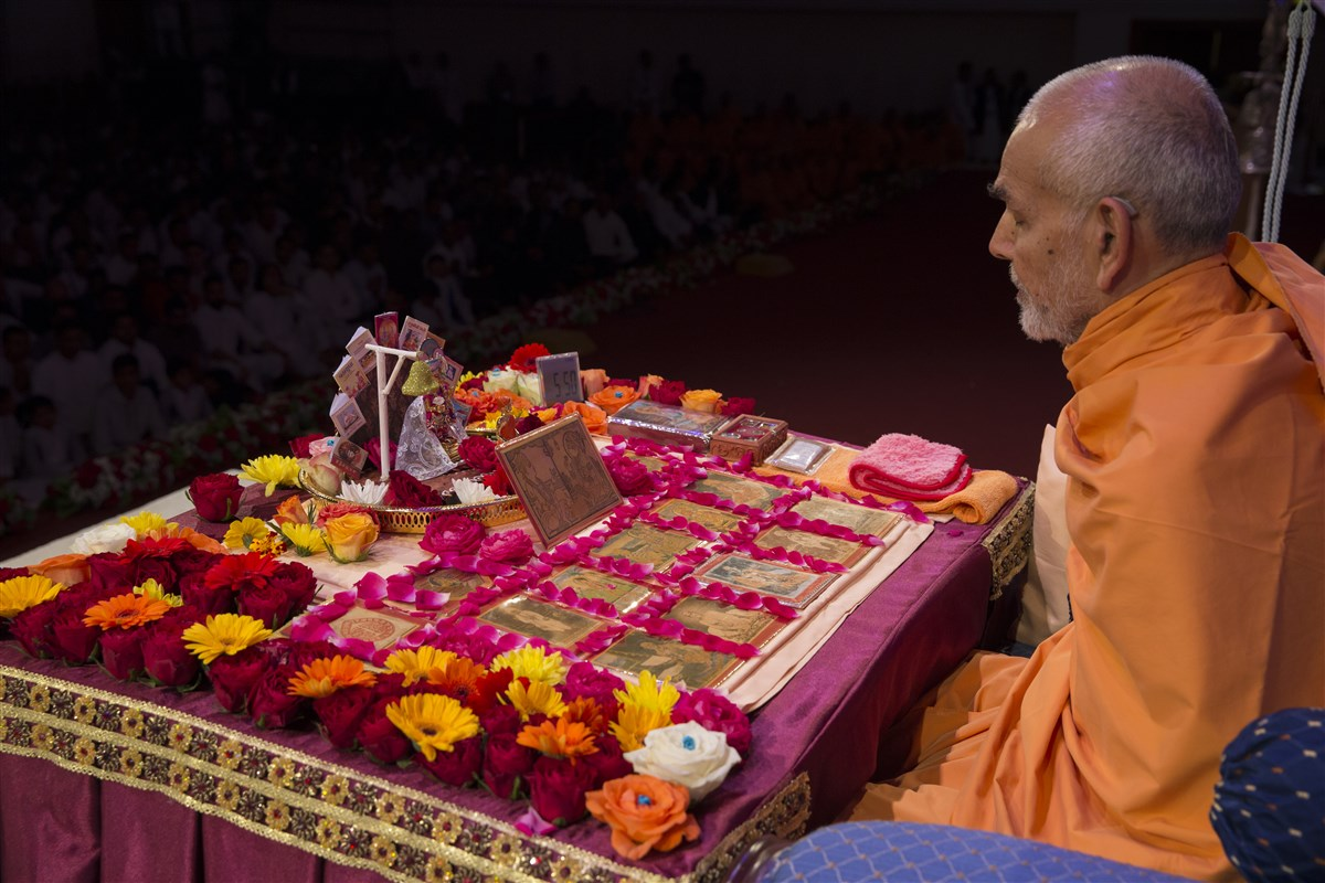 5.50am: Swamishri is chanting the 'Swaminarayan' mahamantra with his mala
