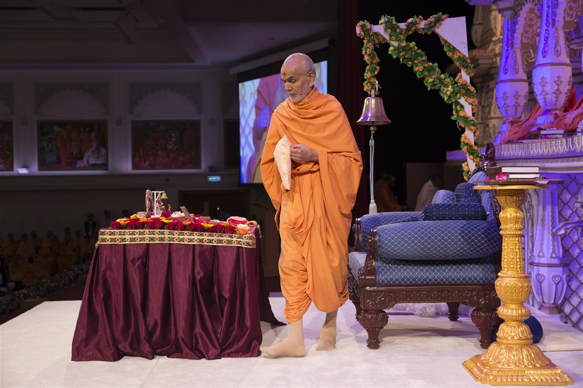 6.18am: Swamishri begins his pradakshinas