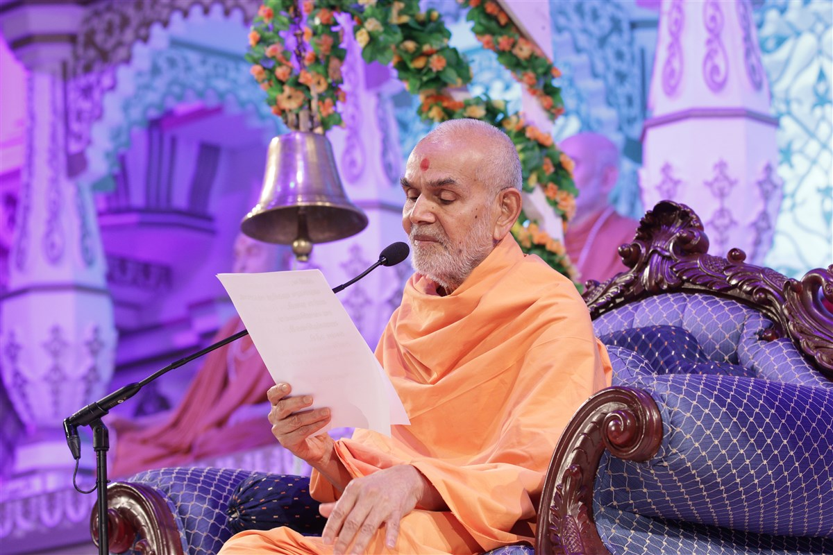 In his concluding address, Swamishri read out a pledge to Akshar-Purushottam Darshan