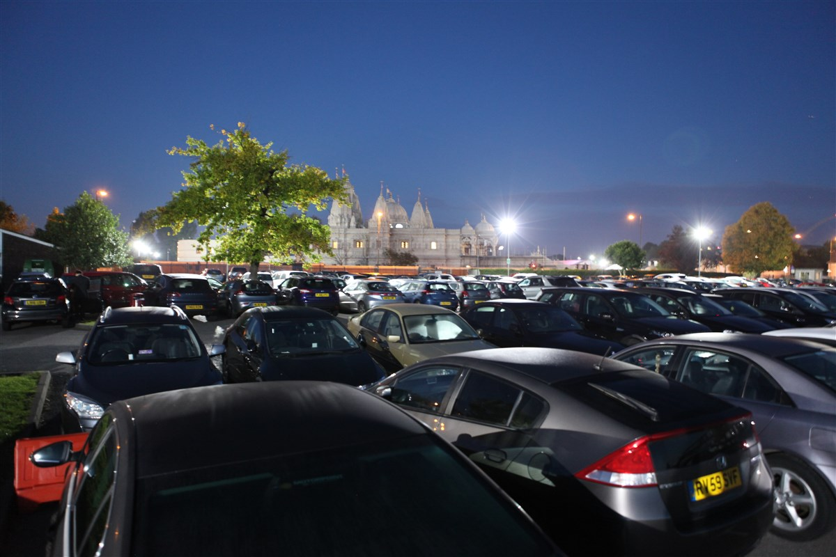 All nearby car parks are full as haribhaktas flock to the Mandir for Mahant Swami Maharaj's darshan