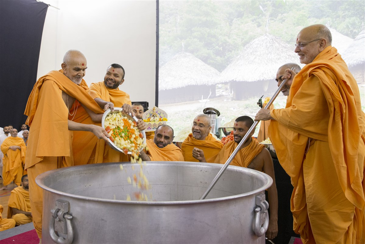 In keeping with chhavani custom, haribhaktas were to enjoy 'Swaminarayan khichdi' for lunch