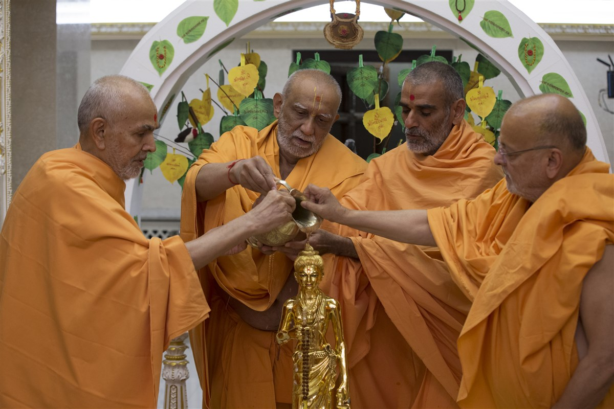 Swamishri and senior swamis offer abhishek to Shri Nilkanth Varni