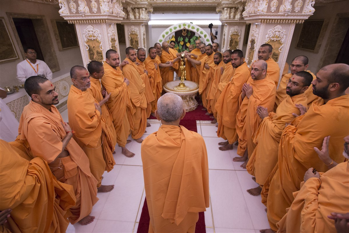 Swamishri observes as swamis perform abhishek