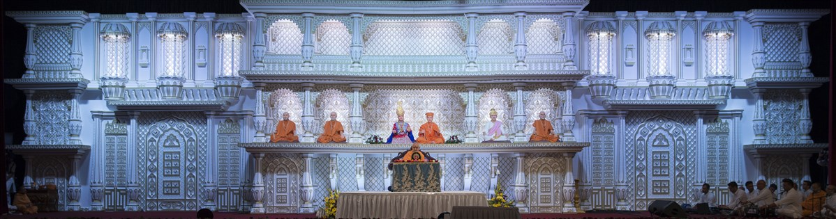 Devotees sing bhajans during Swamishri's morning puja