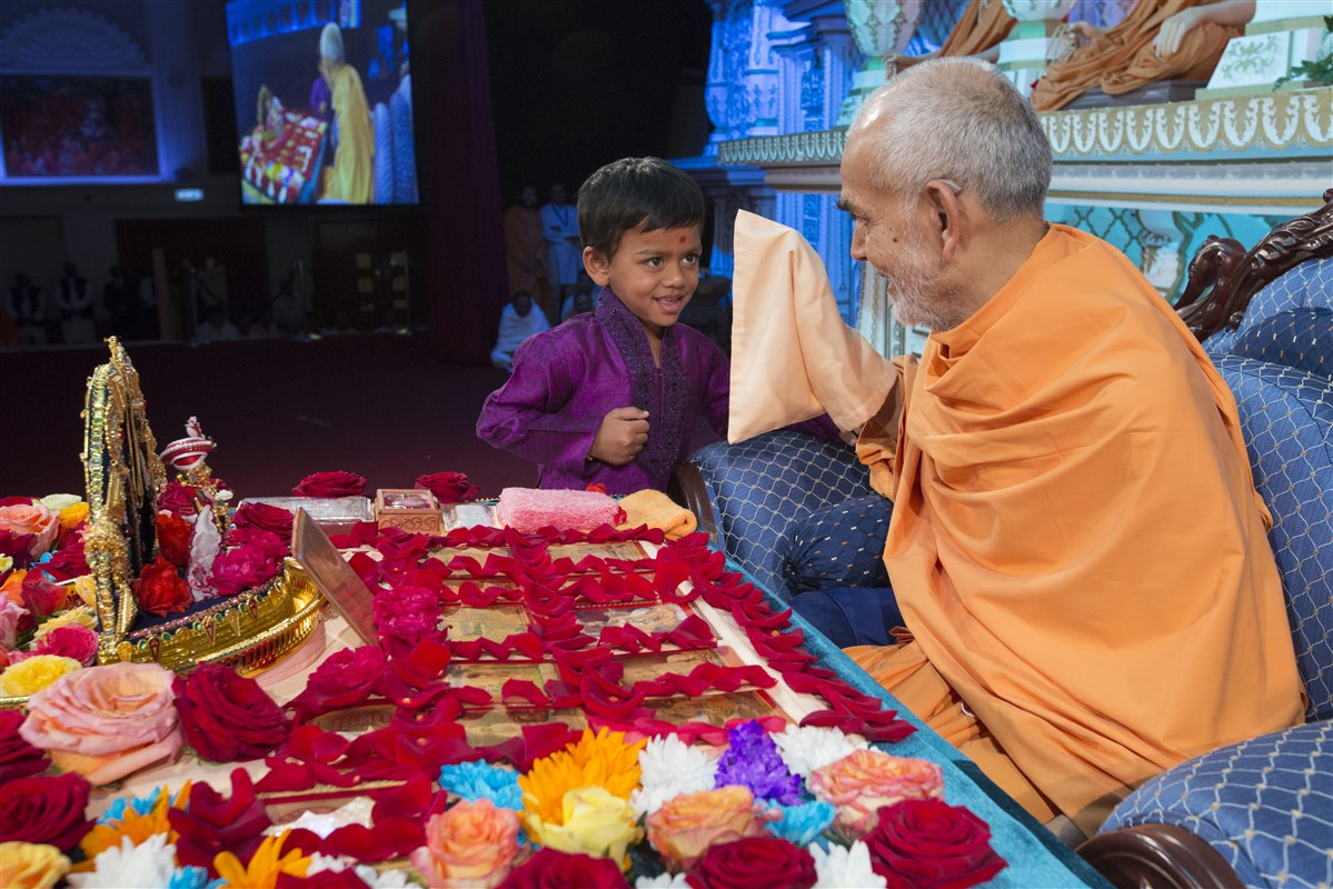 Swamishri blesses the child