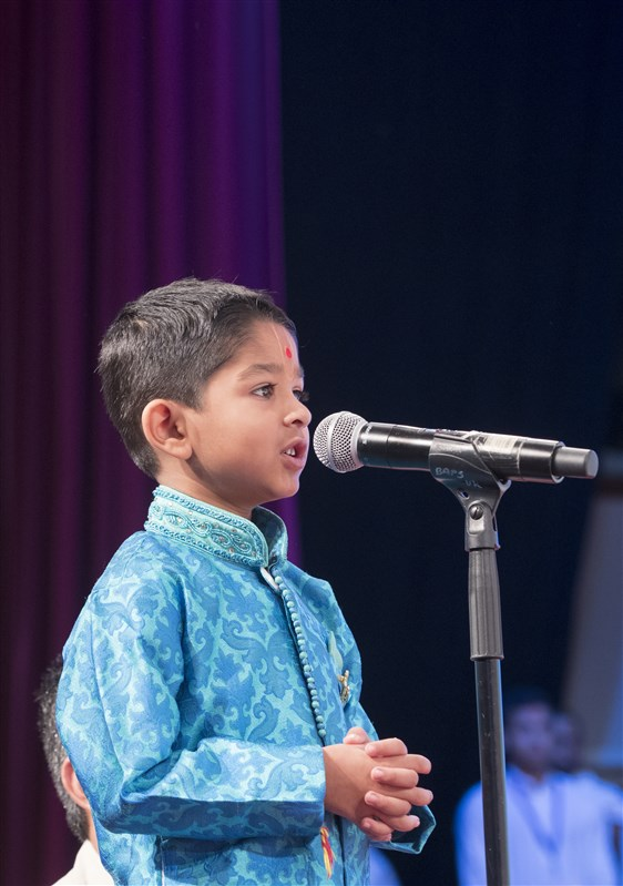 A child recites Sanskrit verses extolling the Gunatit Satpurush