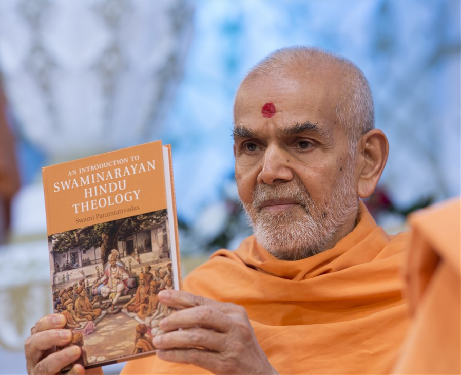 Swamishri inaugurates <i>An Introduction to Swaminarayan Hindu Theology</i>