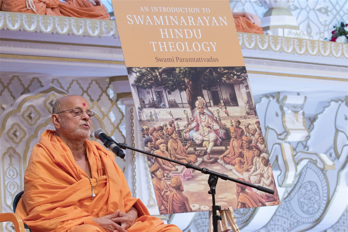 Sadguru Ishwarcharandas Swami addresses the assembly