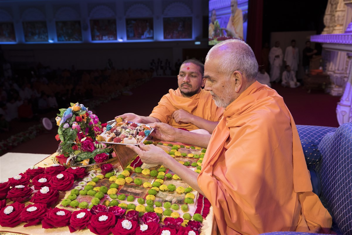 Swamishri offers thal in his morning puja