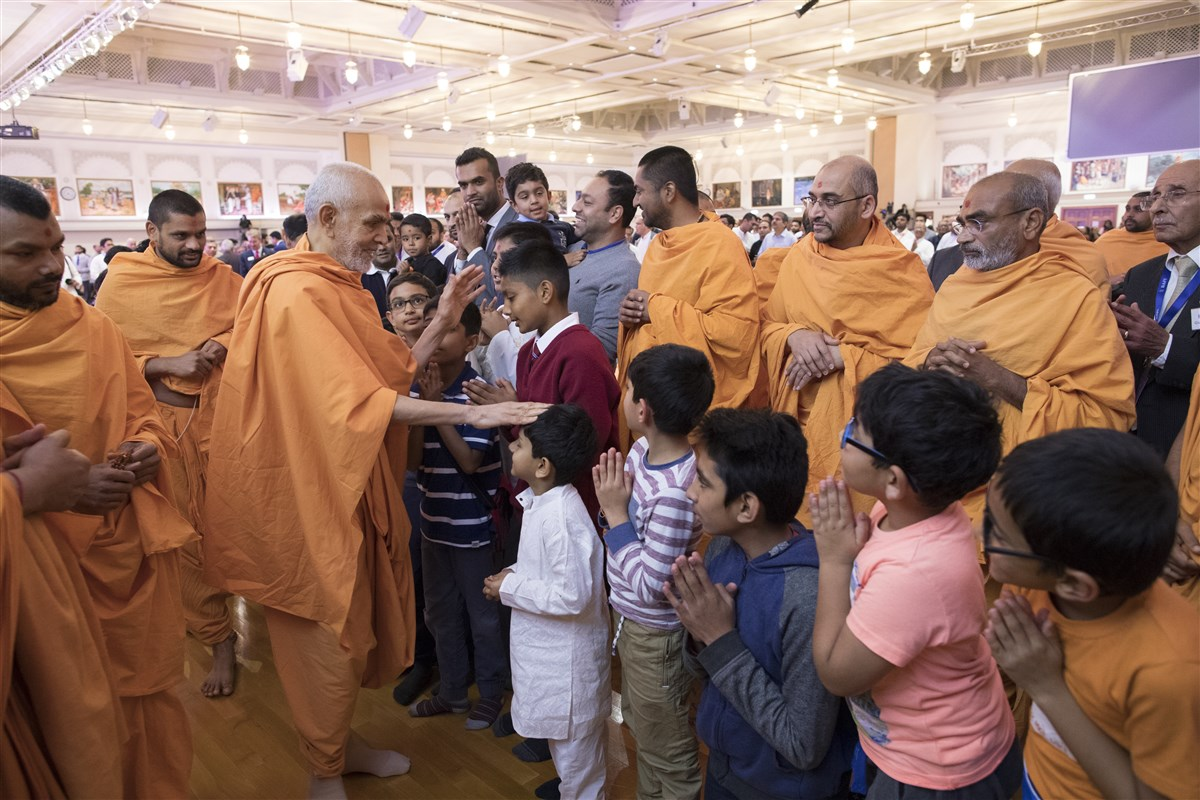 Swamishri blesses children before departing from the assembly