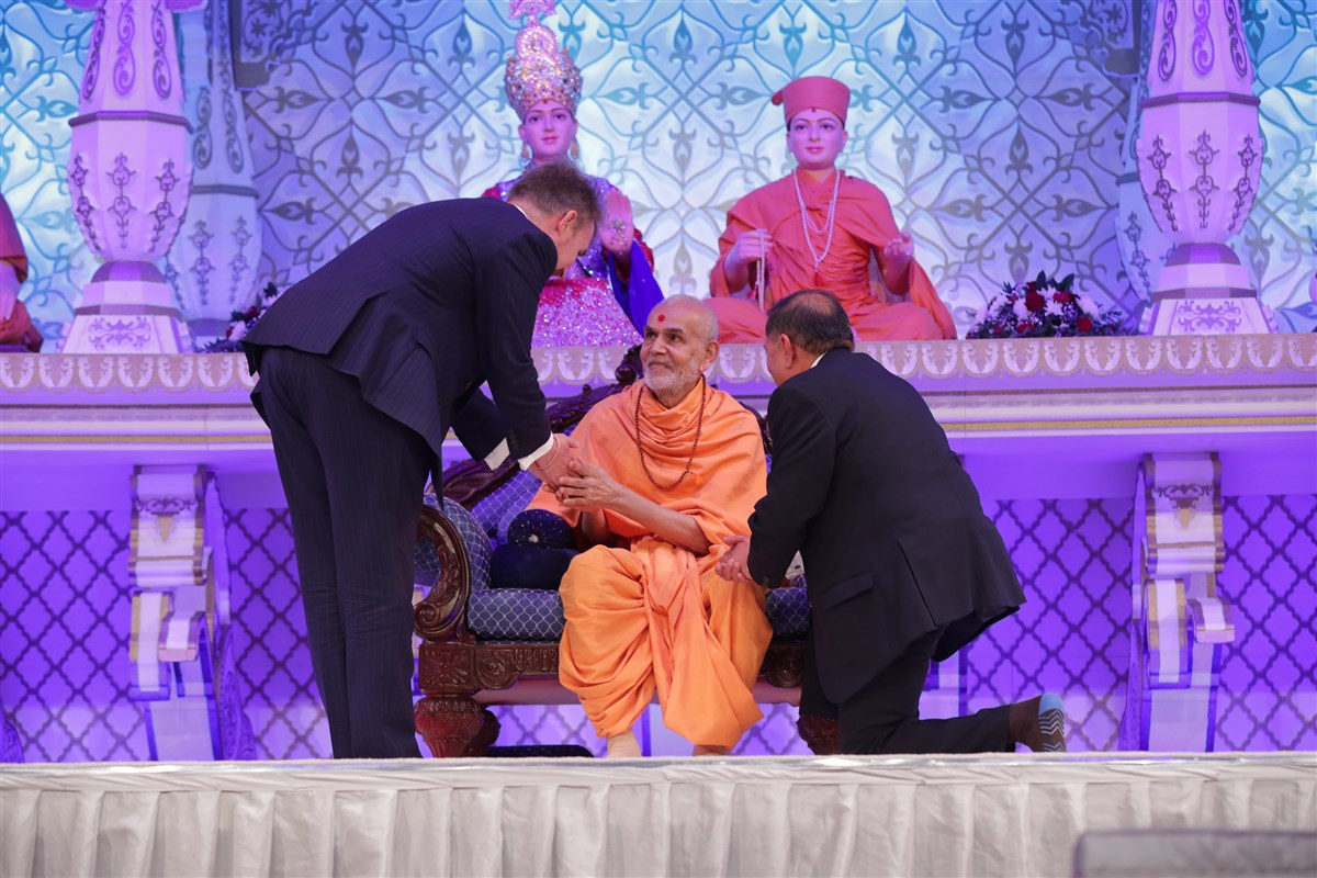 Swamishri personally greeted several dignitaries during the evening