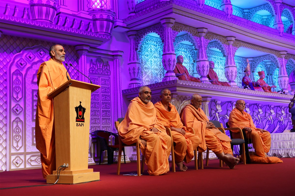Anandswarupdas Swami introduced Mahant Swami Maharaj to the guests