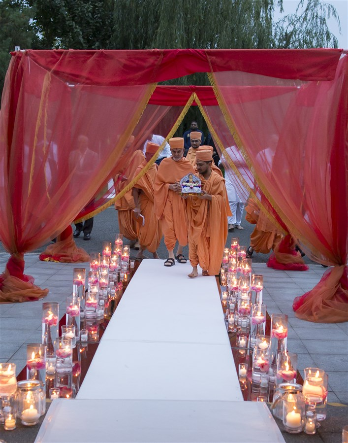When Swamishri arrived for the evening assembly...