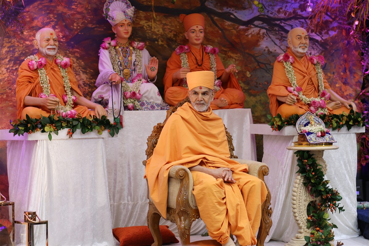 Swamishri listened attentively to the praises of the local devotees