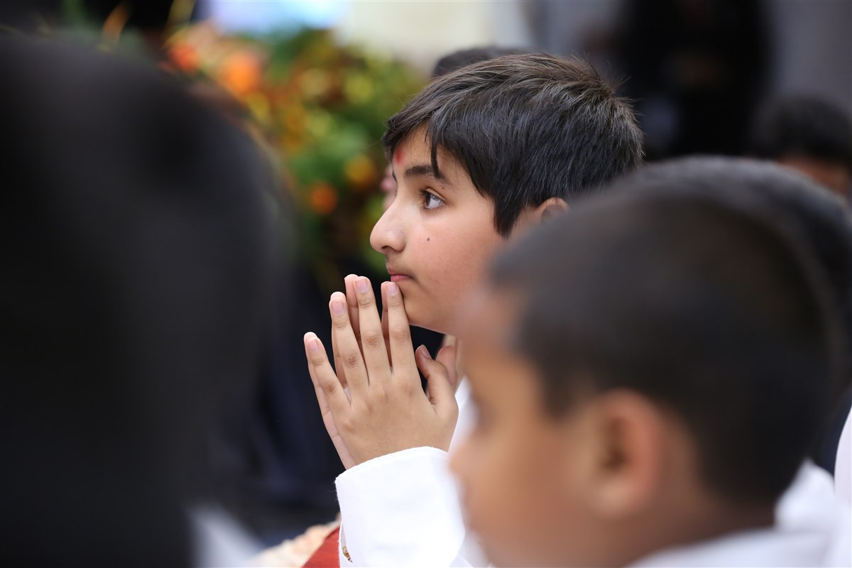 A child engrossed in the darshan of Mahant Swami Maharaj
