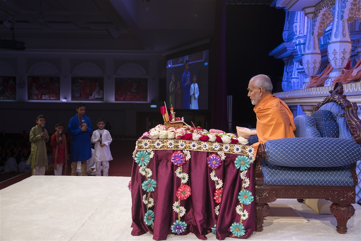 Children of East London Satsang Mandal present before Swamishri in his puja