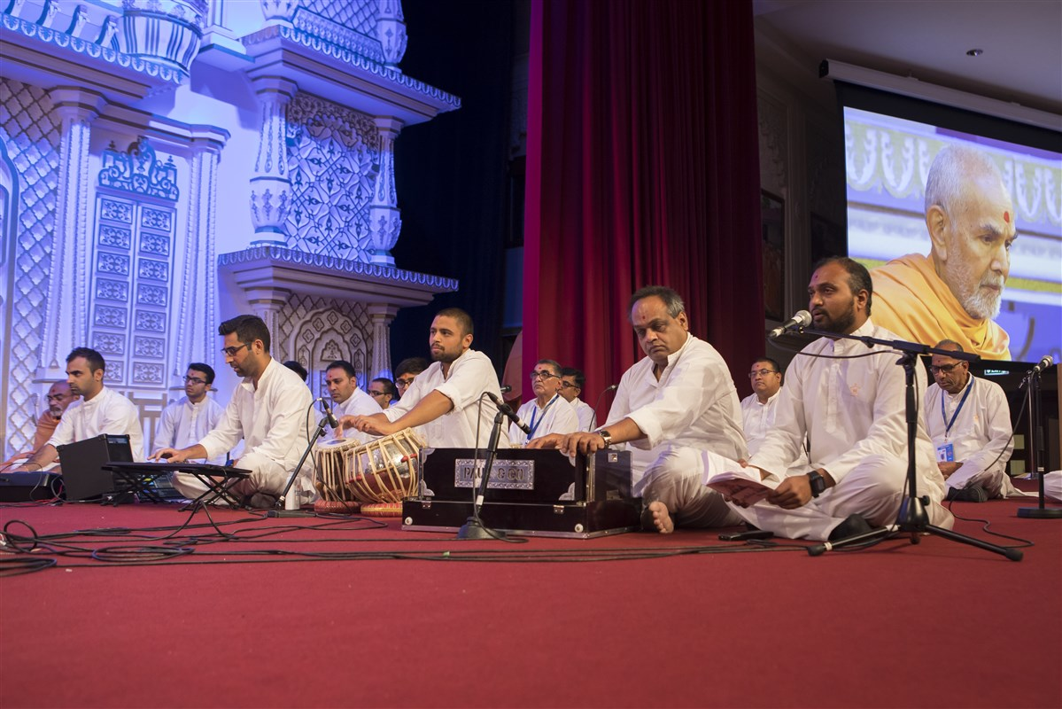 Devotees of East London sing and perform in Swamishri's puja