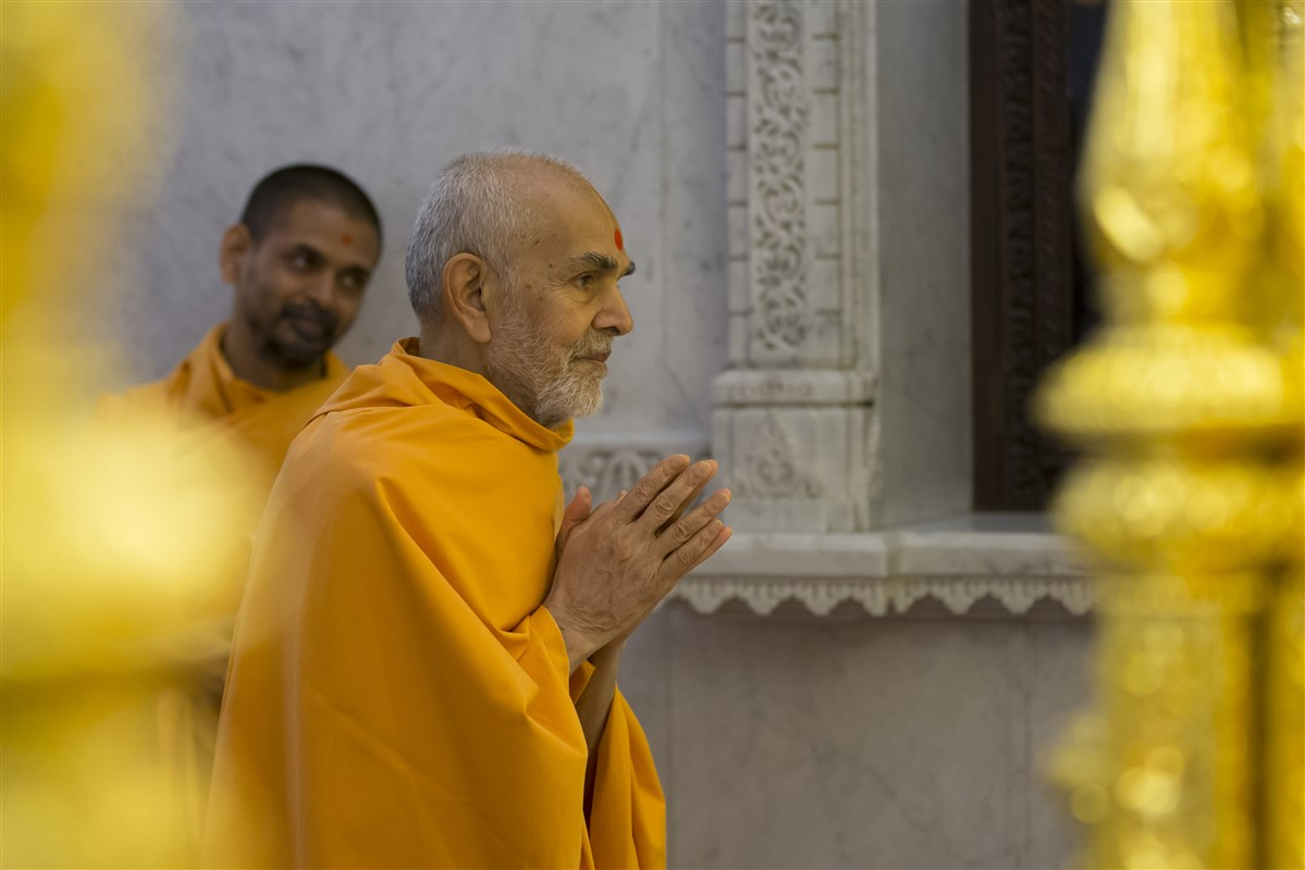 Swamishri engrossed in darshan in the mandir sanctum