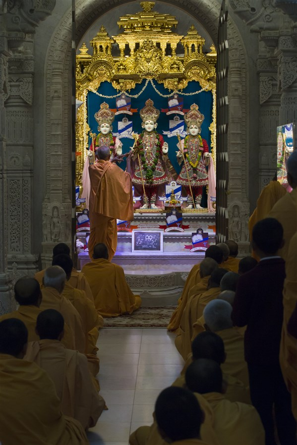 Swamishri performs the arti of the central shrine murtis
