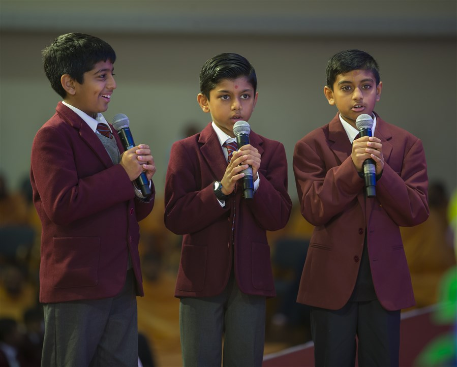 Pupils of The Swaminarayan School recite scriptural passages before Swamishri