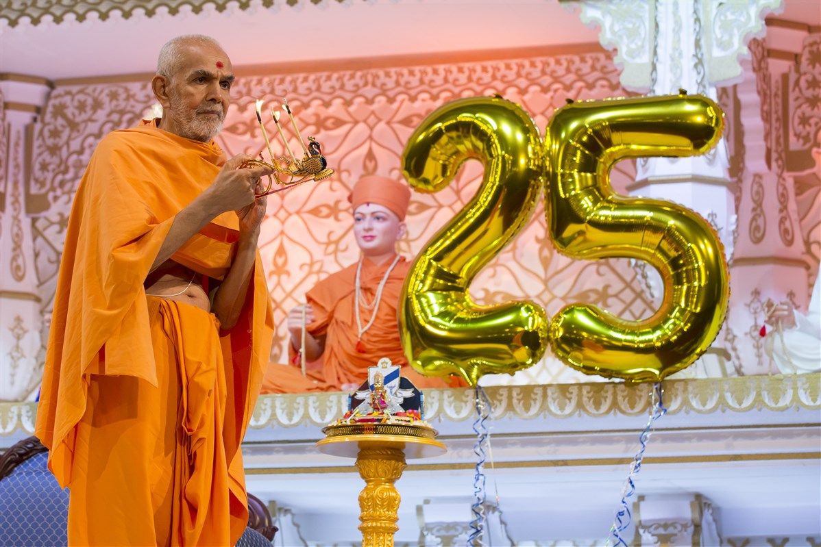 The assembly celebrates the 25th anniversary of The Swaminarayan School, established in 1992 by Pramukh Swami Maharaj