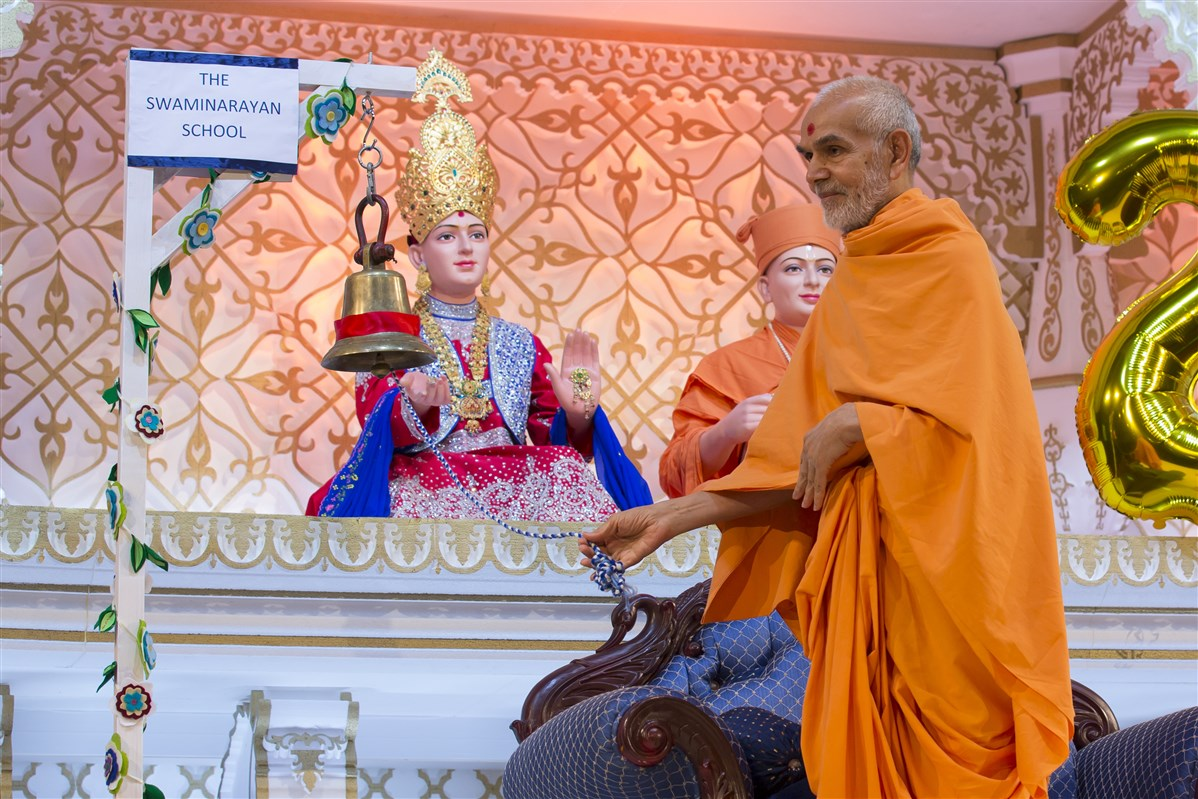 Swamishri commenced the evening assembly by ringing the school bell