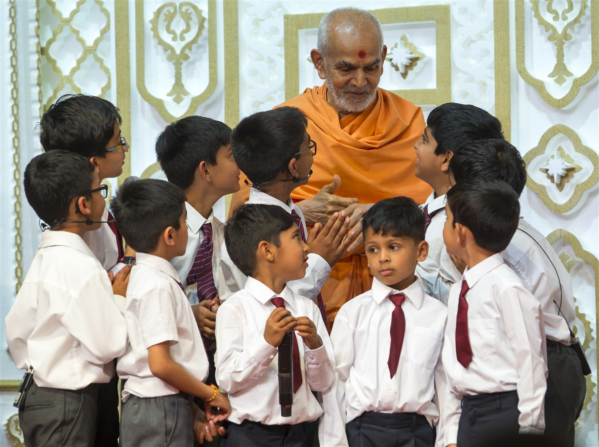 Swamishri affectionately engaged with the pupils before departing