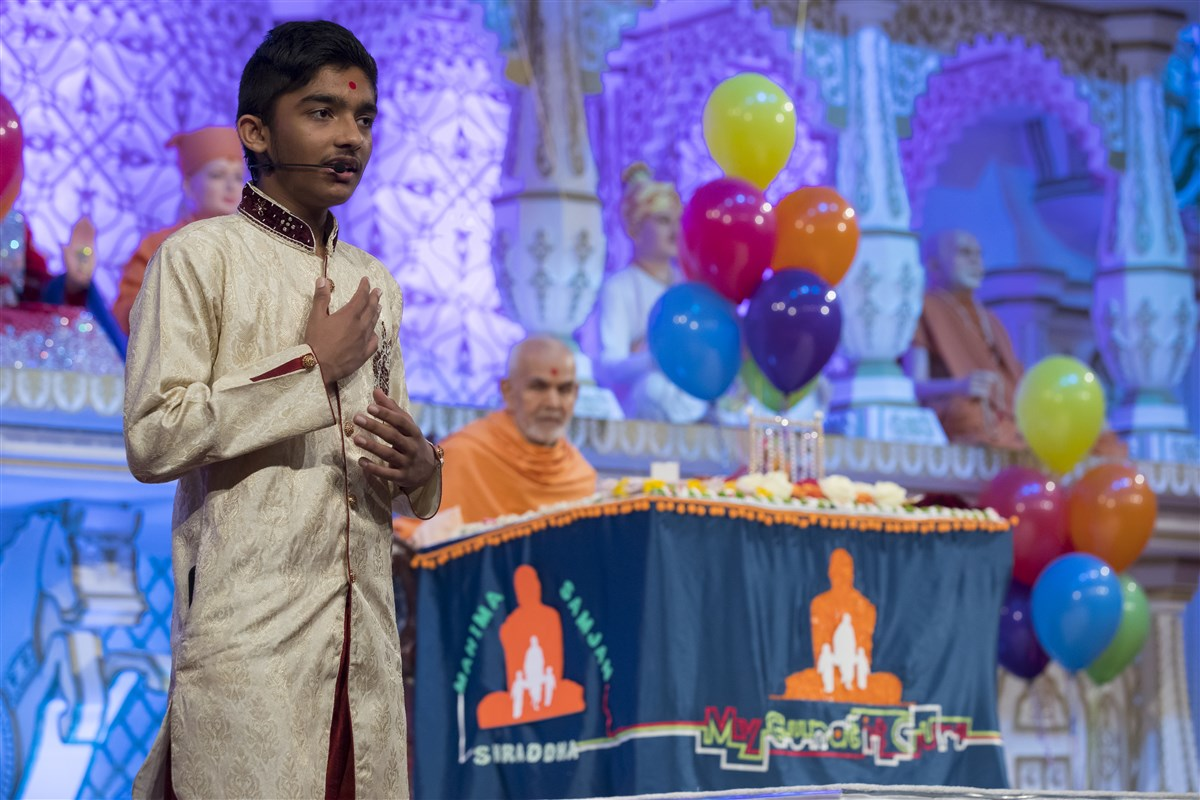 Children narrate scriptural stories in Swamishri's puja