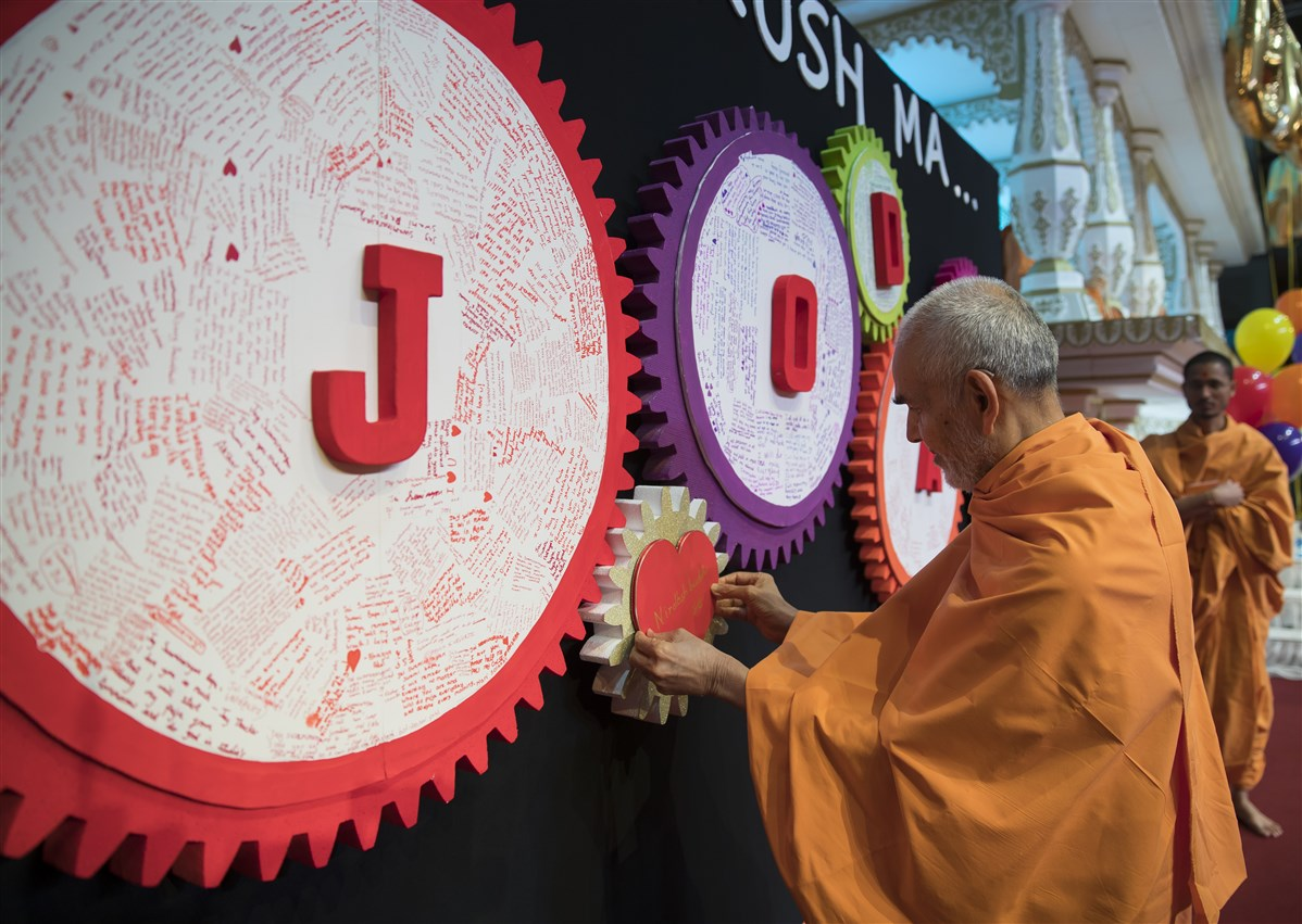Swamishri completes the final cog in a wall display to activate 'jodaan' (connectivity) with the Satpurush