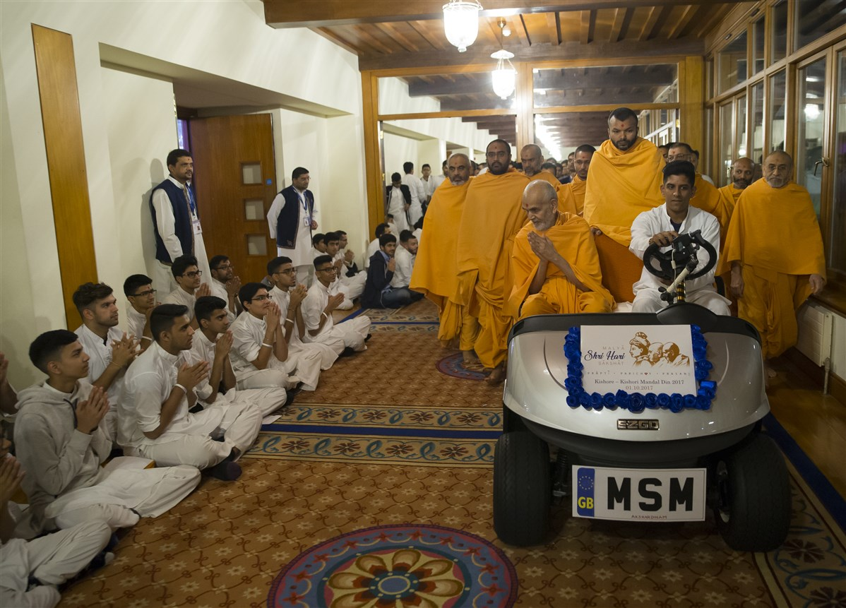 Swamishri greets kishores on his way to the hall