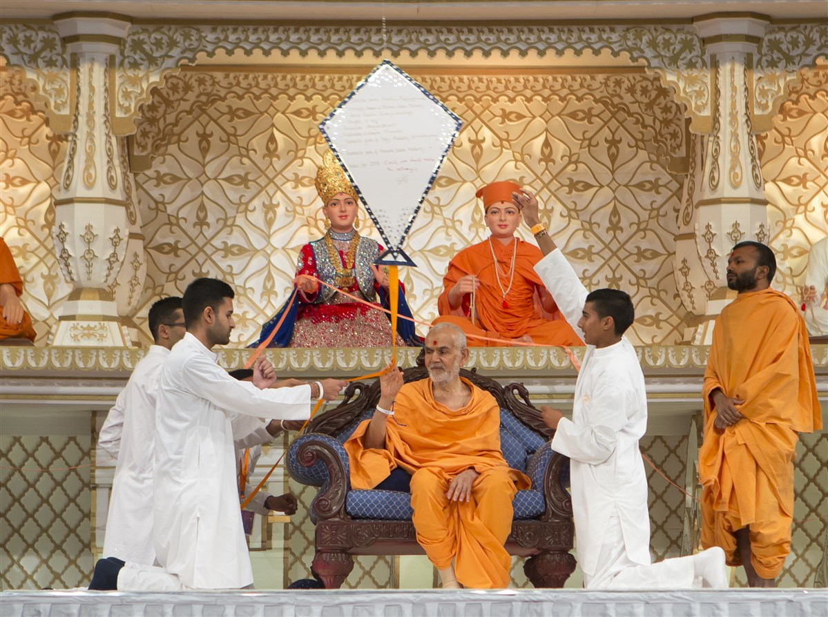 Swamishri sets the kite aloft