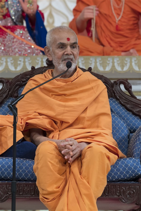 Swamishri graces the assembly with his ashirwad, elaborating on the theme of prapti