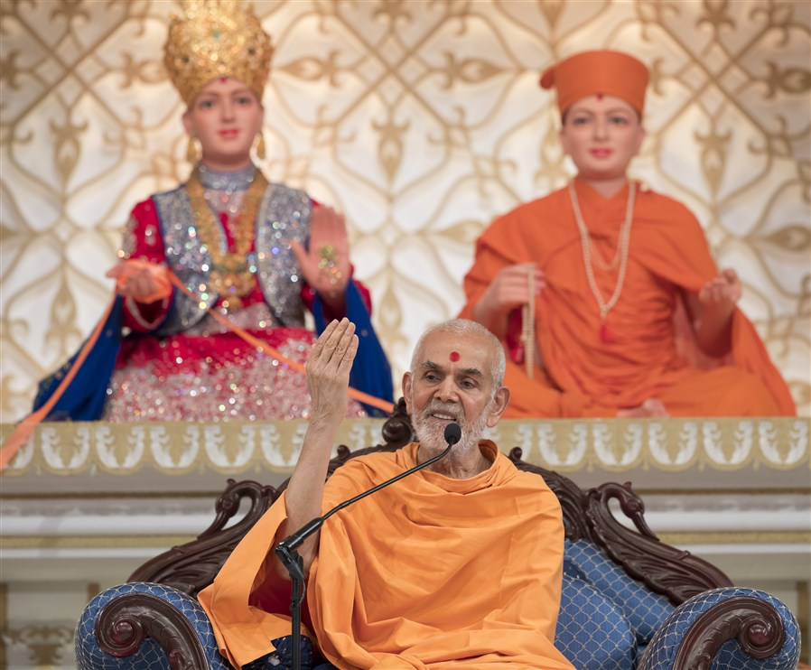 Swamishri graces the assembly with his ashirwad