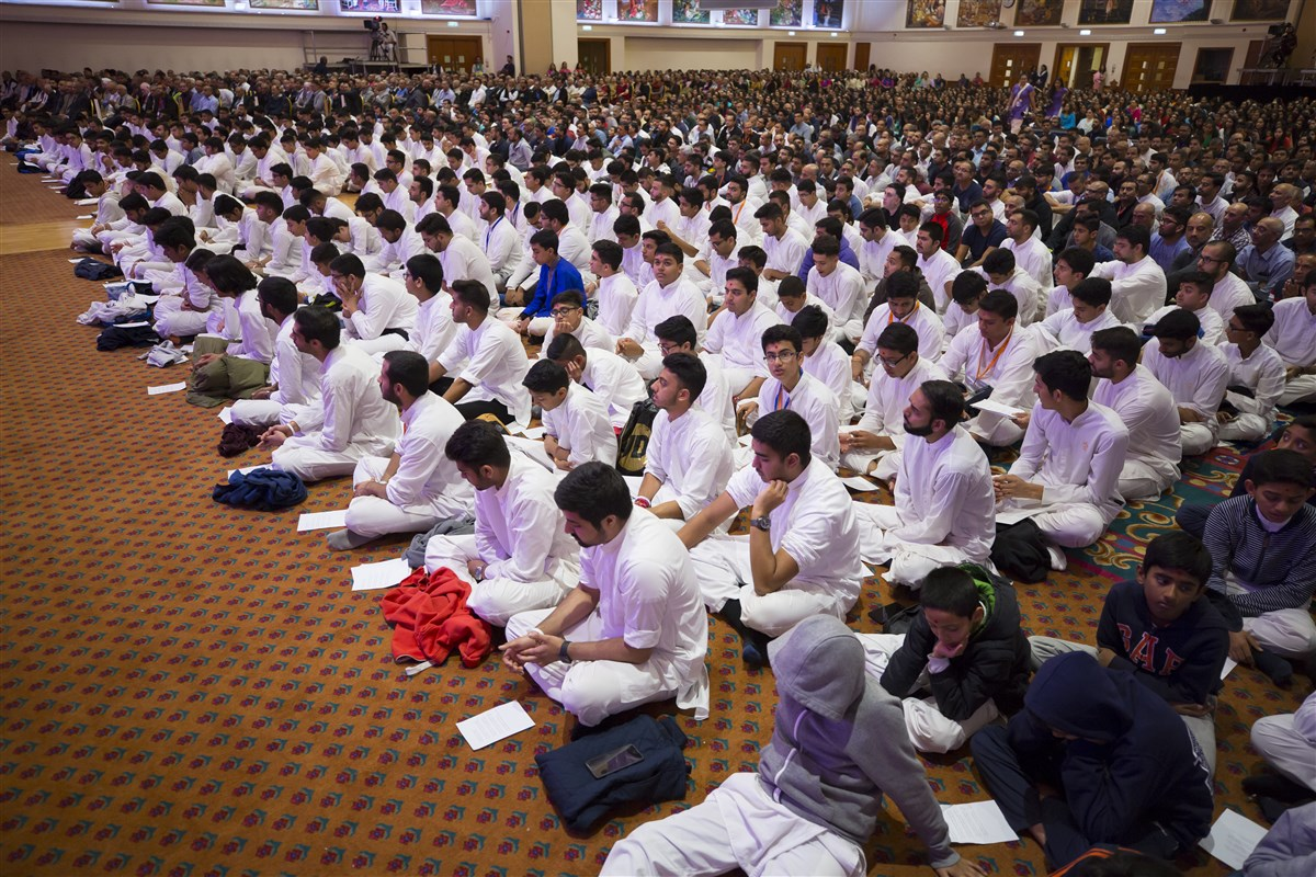 Kishores engrossed in Swamishri's darshan