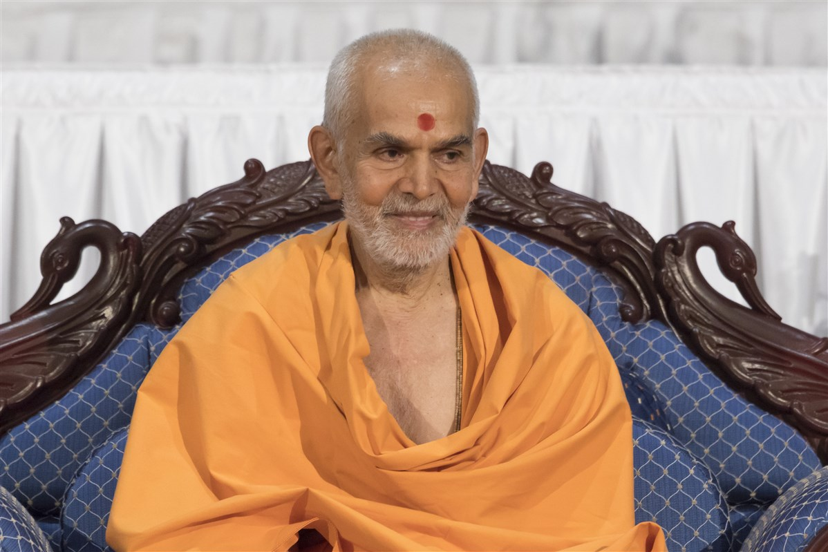 Swamishri presides over the mid-morning session of Kishore-Kishori Din