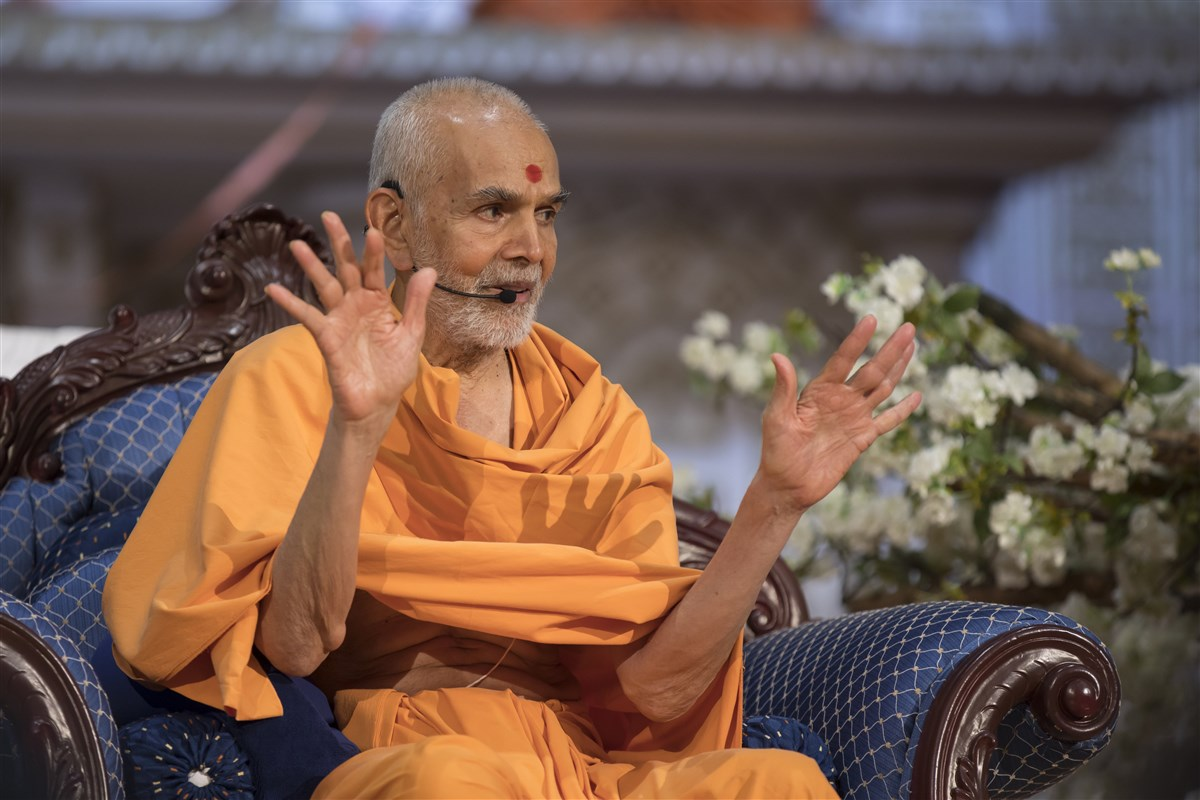 """Seeing divinity in all and observing the Satsang injunctions is an unhindered path to Akshardham."" - Mahant Swami Maharaj"