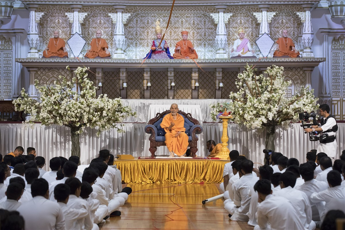 Swamishri imparts his blessings upon the assembly