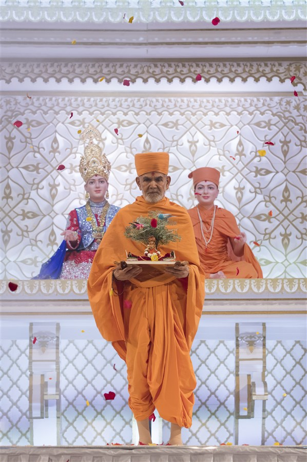 ... with the central focus on Swamishri and Harikrishna Maharaj