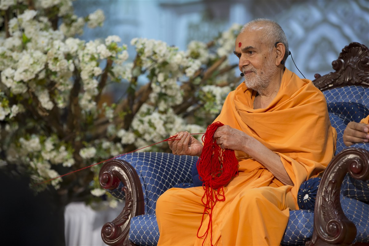 Swamishri connects with the kishores...